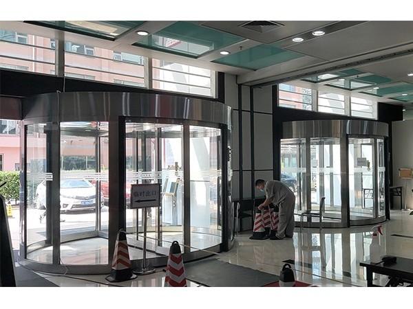 旋转门厂家保养大厦4樘自动两翼旋转门服务案例
