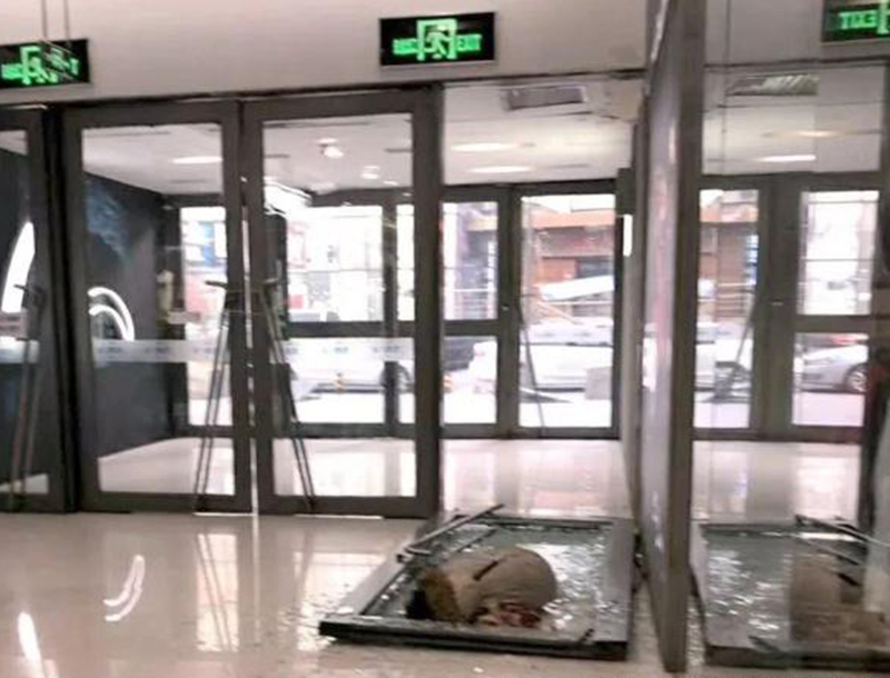 哈尔滨商场玻璃地弹门砸死女孩现场照片