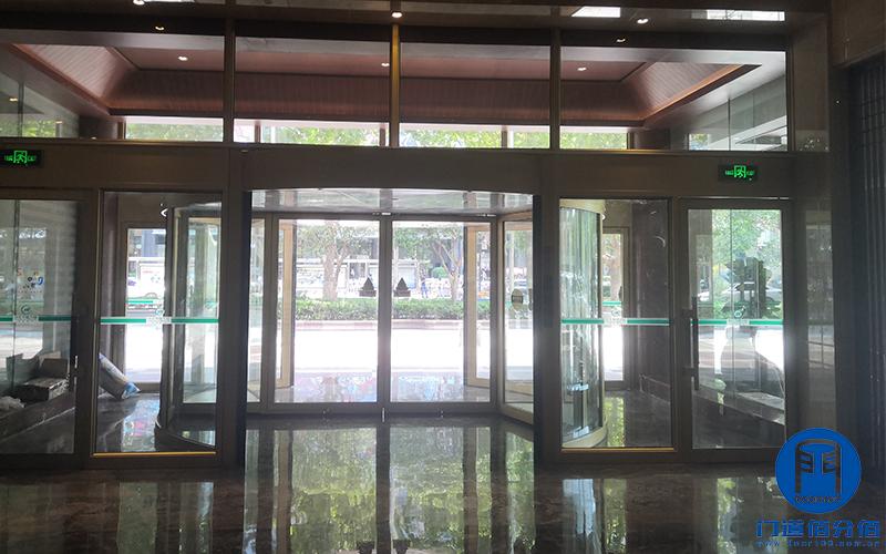 山东济南某大厦出入口自动旋转门拆装服务案例