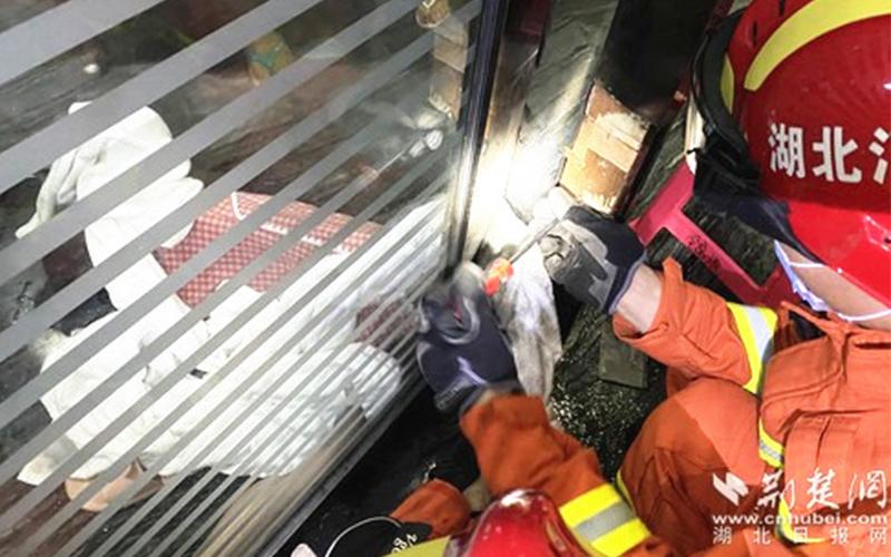 又见旋转门夹人消防拆门解围,论述安全使用旋转门与责任险重要性