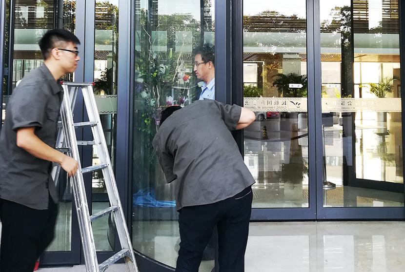 门道佰分佰北京自动门维修师傅正在进行自动门保养