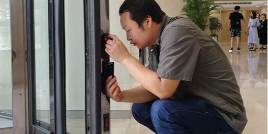 进行自动门维修时自动平移门或自动旋转门发出异声怎么办?