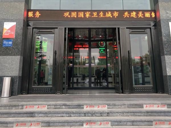 山东弧形门维修莱商银行总部弧形门地弹簧维修服务案例