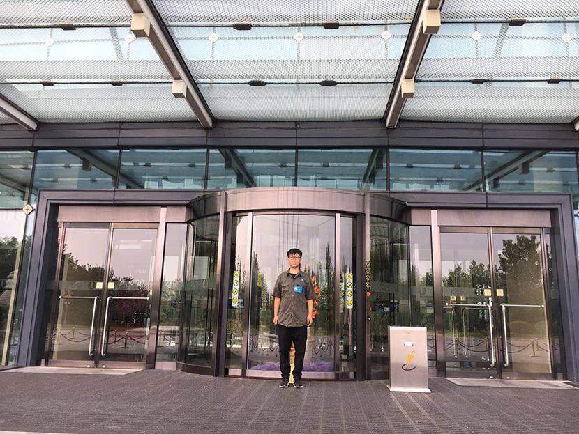 北京自动门维修师傅为北京丽维赛德酒店维修旋转门