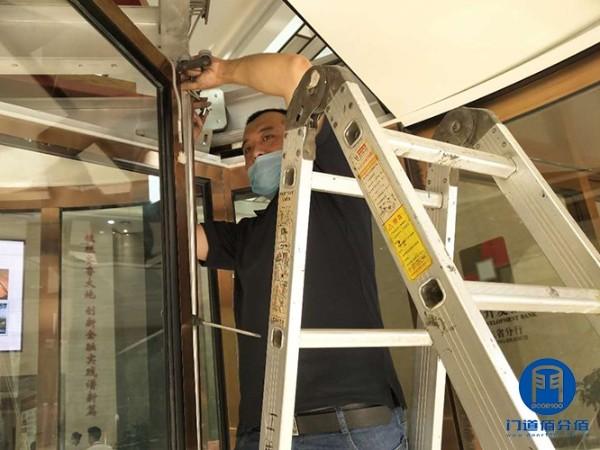 济南银行必盛自动旋转门中间平滑门维修服务