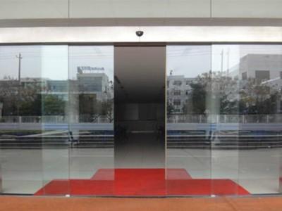 论述如何预防自动玻璃门玻璃碎裂伤人方法