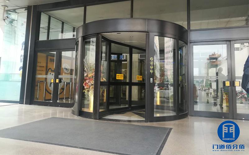 北京某大厦大堂凯必盛自动两翼旋转门消音翻轨升级服务