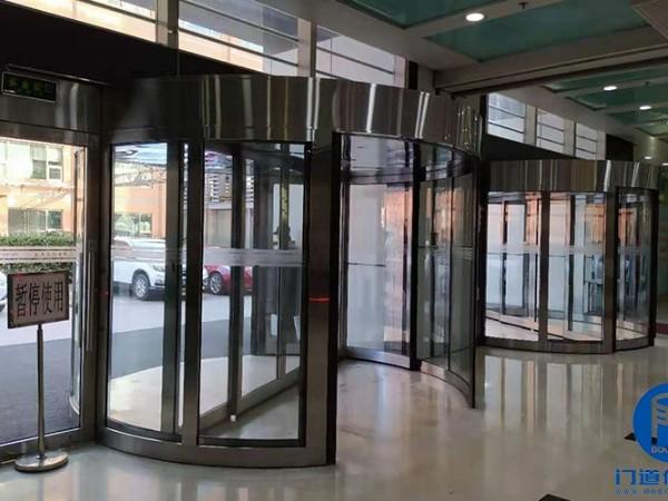 北京某大厦东南门自动旋转门轨道翻新服务案例